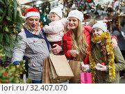 Family portrait at Christmas fair. Стоковое фото, фотограф Яков Филимонов / Фотобанк Лори