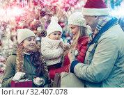 Parents with daughters choosing Christmas toys. Стоковое фото, фотограф Яков Филимонов / Фотобанк Лори