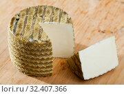 Купить «Spanish cheese mezclado with cut slice», фото № 32407366, снято 28 января 2020 г. (c) Яков Филимонов / Фотобанк Лори