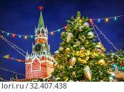 Купить «Москва. Новогодняя Спасская башня и ель. New Year Spasskaya Tower», фото № 32407438, снято 16 декабря 2018 г. (c) Baturina Yuliya / Фотобанк Лори
