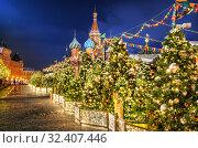 Купить «Новогодние елочные игрушки. Christmas tree decorations on Red Square», фото № 32407446, снято 16 декабря 2018 г. (c) Baturina Yuliya / Фотобанк Лори