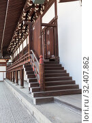 Stairs and doors. Details of architecture of wooden buildings and halls on inner yard of Imperial palace. Kyoto, Japan (2013 год). Редакционное фото, фотограф Кекяляйнен Андрей / Фотобанк Лори