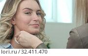 Make-up artist cleaning skin on model face. Стоковое видео, видеограф Vasily Alexandrovich Gronskiy / Фотобанк Лори