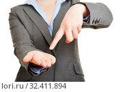 Zeigefinger einer Geschäftsfrau zeigt auf ihre leere Handfläche. Стоковое фото, фотограф Zoonar.com/Robert Kneschke / age Fotostock / Фотобанк Лори