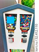 Kaugummiautomat, Symbolfoto für Kindheit, Süßigkeiten, Überraschung. Стоковое фото, фотограф Zoonar.com/Erwin Wodicka / age Fotostock / Фотобанк Лори