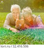 Glückliches Paar Senioren hält die Daumen hoch zur Gratulation. Стоковое фото, фотограф Zoonar.com/Robert Kneschke / age Fotostock / Фотобанк Лори