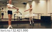 Купить «Choreographer teaches a ballet lesson in the studio», видеоролик № 32421990, снято 26 мая 2019 г. (c) Яков Филимонов / Фотобанк Лори