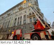 Купить «Пожарная команда прибыла на тужение пожара», фото № 32422194, снято 1 ноября 2019 г. (c) Кузнецов Максим / Фотобанк Лори