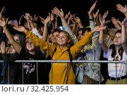 Купить «Радостные зрители около сцены на Дне города Москвы в Зеленограде. Концерт Егора Крида», фото № 32425954, снято 8 сентября 2019 г. (c) Evgenia Shevardina / Фотобанк Лори