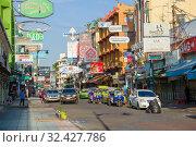 Солнечное утро на туристической улице Каосан роуд. Бангкок, Таиланд (2018 год). Редакционное фото, фотограф Виктор Карасев / Фотобанк Лори