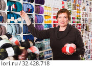 Female is buying colorful yarn for their hobby. Стоковое фото, фотограф Яков Филимонов / Фотобанк Лори
