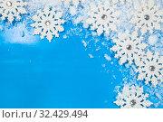 Купить «White snowflakes and snow», фото № 32429494, снято 2 ноября 2019 г. (c) Елена Блохина / Фотобанк Лори