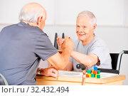 Zwei alte Senioren halten Hände bei Gratulation im Pflegeheim. Стоковое фото, фотограф Zoonar.com/Robert Kneschke / age Fotostock / Фотобанк Лори