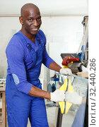 Купить «Man working in glass workshop», фото № 32440286, снято 16 мая 2018 г. (c) Яков Филимонов / Фотобанк Лори