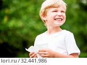Allergischer Junge in der Natur mit Heuschnupfen hält ein Taschentuch. Стоковое фото, фотограф Zoonar.com/Robert Kneschke / age Fotostock / Фотобанк Лори