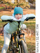 Купить «Девочка и велосипед», фото № 32447194, снято 20 ноября 2019 г. (c) WalDeMarus / Фотобанк Лори