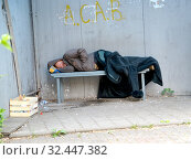 Пьяный пожилой мужчина спит на скамейке в остановочном павильоне (2019 год). Редакционное фото, фотограф Ирина Борсученко / Фотобанк Лори