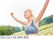 Junge Frau macht beim Yoga eine Atemübung und entspannt sich. Стоковое фото, фотограф Zoonar.com/Robert Kneschke / age Fotostock / Фотобанк Лори