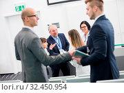 Gruppe Geschäftsleute beim Hände schütteln in einer Konferenz Pause. Стоковое фото, фотограф Zoonar.com/Robert Kneschke / age Fotostock / Фотобанк Лори