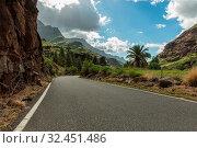 Leere asphaltierte Straße mit Kurve in Gran Canaria, Spanien. Стоковое фото, фотограф Zoonar.com/Robert Kneschke / age Fotostock / Фотобанк Лори