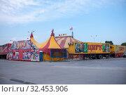 Купить «Russia, Blagoveshchensk, July 2019: tent circus tent in the city of Blagoveshchensk in the summer», фото № 32453906, снято 13 июля 2019 г. (c) Катерина Белякина / Фотобанк Лори