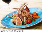 Купить «Fried lamb ribs served with garnish of vegetables and fresh figs», фото № 32455994, снято 21 ноября 2019 г. (c) Яков Филимонов / Фотобанк Лори