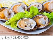 Fresh bivalve mussels with lemon. Стоковое фото, фотограф Яков Филимонов / Фотобанк Лори