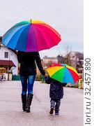 Купить «Mutter und Kind mit Regenschirm, Symbol für Solidarität, Hilfe, Hilfspaket, Rettungsschirm», фото № 32457890, снято 29 февраля 2020 г. (c) age Fotostock / Фотобанк Лори