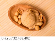 Eine selbstgemachte Kugel Erdnusseis oder Erdnussbuttereis mit Erdnüssen von oben. Стоковое фото, фотограф Zoonar.com/Robert Kneschke / age Fotostock / Фотобанк Лори