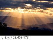 Купить «Sonnenstrahlen im Wolkenhimmel am Abend. Symbolfoto für Auferstehung, Kraft, Ruhe und Frieden.», фото № 32459178, снято 24 мая 2020 г. (c) age Fotostock / Фотобанк Лори