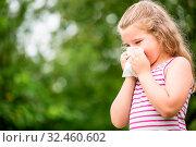 Mädchen mit Allergie niest und putzt sich die Nase in der Natur. Стоковое фото, фотограф Zoonar.com/Robert Kneschke / age Fotostock / Фотобанк Лори
