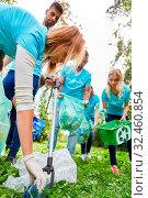 Freiwillige Helfer säubern einen Park von Abfall in einer Umweltschutz Aktion. Стоковое фото, фотограф Zoonar.com/Robert Kneschke / age Fotostock / Фотобанк Лори
