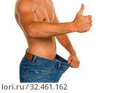 Ein Mann hat mit einer erfolgreichen Diät viel Körpergewicht abgenommen. Стоковое фото, фотограф Zoonar.com/Erwin Wodicka / age Fotostock / Фотобанк Лори