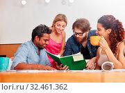Gruppe Studenten lernen zusammen in einem Workshop im Studium. Стоковое фото, фотограф Zoonar.com/Robert Kneschke / age Fotostock / Фотобанк Лори