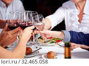 Freunde im Restaurant stoßen mit ihren Gläsern zur Gratulation an. Стоковое фото, фотограф Zoonar.com/Robert Kneschke / age Fotostock / Фотобанк Лори