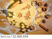 Backen von Plätzchen und Keksen für Weihnachten. Vorfreude im Advent. Стоковое фото, фотограф Zoonar.com/Erwin Wodicka / age Fotostock / Фотобанк Лори