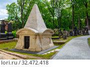 Купить «Склеп-усыпальница на кладбище в Донском монастыре. Москва», эксклюзивное фото № 32472418, снято 27 мая 2019 г. (c) Александр Щепин / Фотобанк Лори