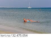 Купить «Улыбающаяся женщина средних лет купается в море», фото № 32475054, снято 19 октября 2019 г. (c) Юрий Морозов / Фотобанк Лори