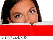 Eine junge Frau liest ein Buch mit einem roten Umschlag. Стоковое фото, фотограф Zoonar.com/Erwin Wodicka / age Fotostock / Фотобанк Лори