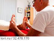 Купить «Entspannung, Ruhe und Wohlbefinden durch eine Massage. Fußreflexzonen», фото № 32478170, снято 25 мая 2020 г. (c) age Fotostock / Фотобанк Лори