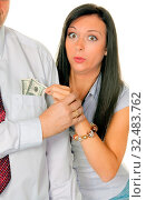 Junge Frau zieht einem Mann Geld aus der Tasche. Dollar. Стоковое фото, фотограф Zoonar.com/Erwin Wodicka / age Fotostock / Фотобанк Лори