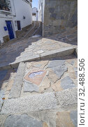 The Footsteps of History, Ceramic tile footprint used to show visitors the best route to take around the village of Comares, Axarquia District, Malaga, Andalusia, Spain. Стоковое фото, фотограф Juan García Aunión / age Fotostock / Фотобанк Лори