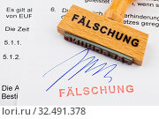 Купить «Ein Stempel aus Holz liegt auf einem Dokument. Deutsche Aufschrift: Fälschung», фото № 32491378, снято 8 июля 2020 г. (c) age Fotostock / Фотобанк Лори