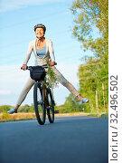 Lachende alte Frau beim Radfahren streckt ihre Beine aus. Стоковое фото, фотограф Zoonar.com/Robert Kneschke / age Fotostock / Фотобанк Лори