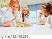 Kinder als Schüler in der Grundschule forschen über Leguane im Biologie Labor. Стоковое фото, фотограф Zoonar.com/Robert Kneschke / age Fotostock / Фотобанк Лори