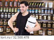 sportsman showing biceps and sport nutrition. Стоковое фото, фотограф Яков Филимонов / Фотобанк Лори