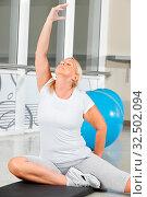 Seniorin macht Atemübung im Fitnesscenter. Стоковое фото, фотограф Zoonar.com/Robert Kneschke / age Fotostock / Фотобанк Лори