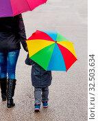 Mutter und Kind mit Regenschirm, Symbol für Solidarität, Hilfe, Hilfspaket, Rettungsschirm. Стоковое фото, фотограф Zoonar.com/Erwin Wodicka / age Fotostock / Фотобанк Лори