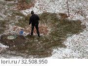 Купить «Сотрудник коммунальных служб убирают листву на придомовой территории в города Москвe во время первого снега, Россия», фото № 32508950, снято 1 ноября 2019 г. (c) Николай Винокуров / Фотобанк Лори