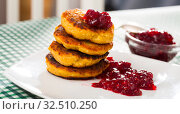 Купить «Stack of sweet fried quark pancakes with with tasty berry jam», фото № 32510250, снято 6 июня 2020 г. (c) Яков Филимонов / Фотобанк Лори